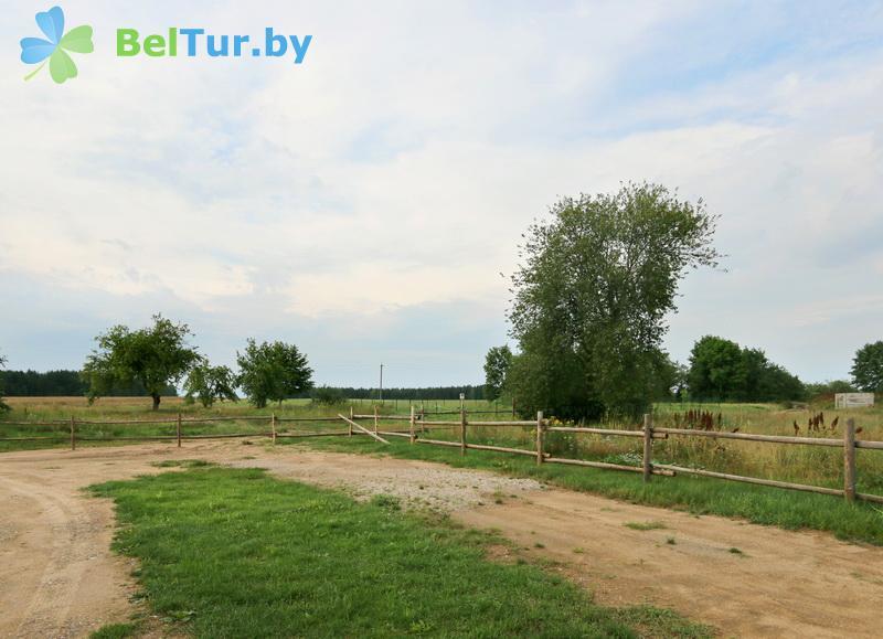 Отдых в Белоруссии Беларуси - экоотель Кветки Яблыни - Автостоянка